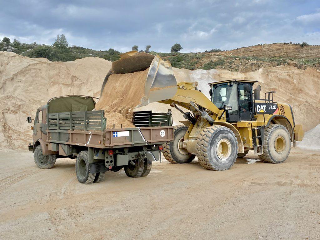 Φόρτωση αδρανων υλικών σε στρατιωτικο STAYER ΕΛΑΨ ΑΕ
