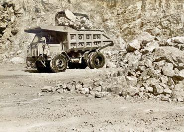 Παλαιό φορτηγό φορτώνει σε λατομείο sepia