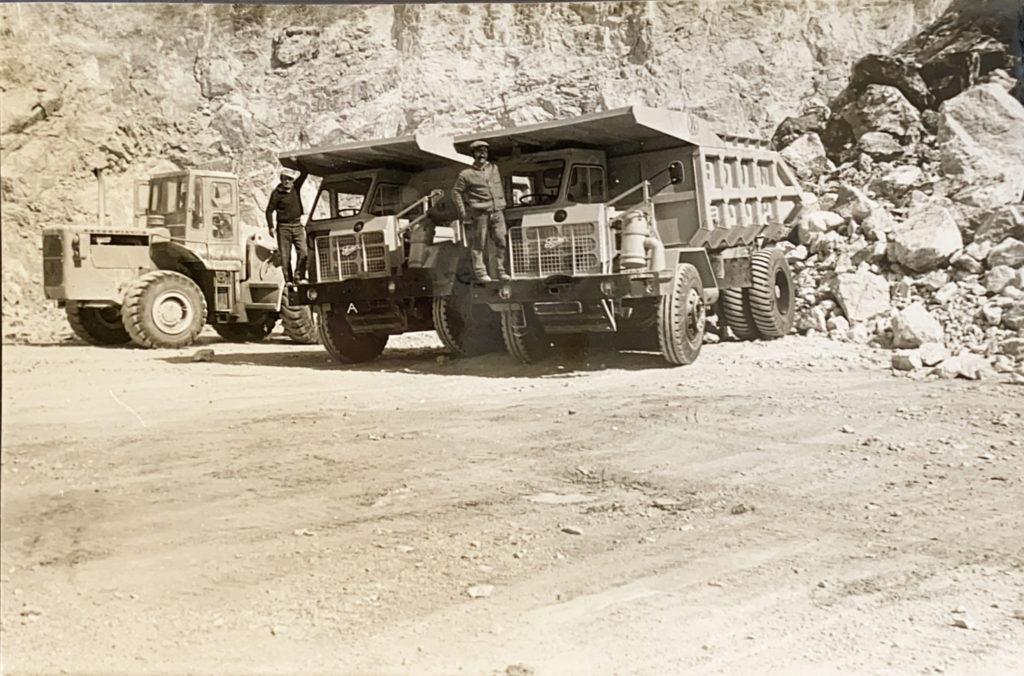 Δύο παλαιά φορτηγά στο λατομείο sepia