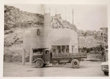 Παλαιό φορτηγό σε λατομείο sepia